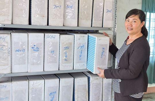 Sắp xếp các tài liệu lên kho lưu hồ sơ